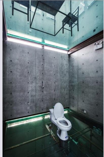 Une maison invraisemblable, avec des plafonds et des sols en verre