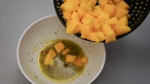 Ajoutez le mangue à la marinade.