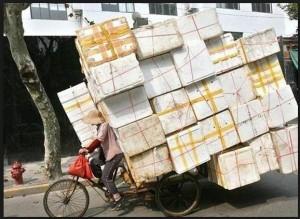 Cet homme transporte vraiment beaucoup de paquelts, à tel point que c'est dangereux