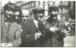 Ici quelques années plus tard au centre  Max Jacob, chauve, à côté de Picasso, avec la casquette.