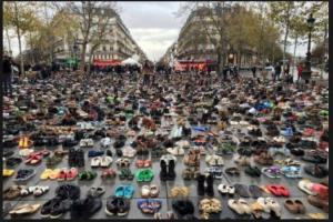 La manifestation a été interdite pour cause de sécurité: plus de 20.000 personnes on déposé leurs chaussures à la place de la République.